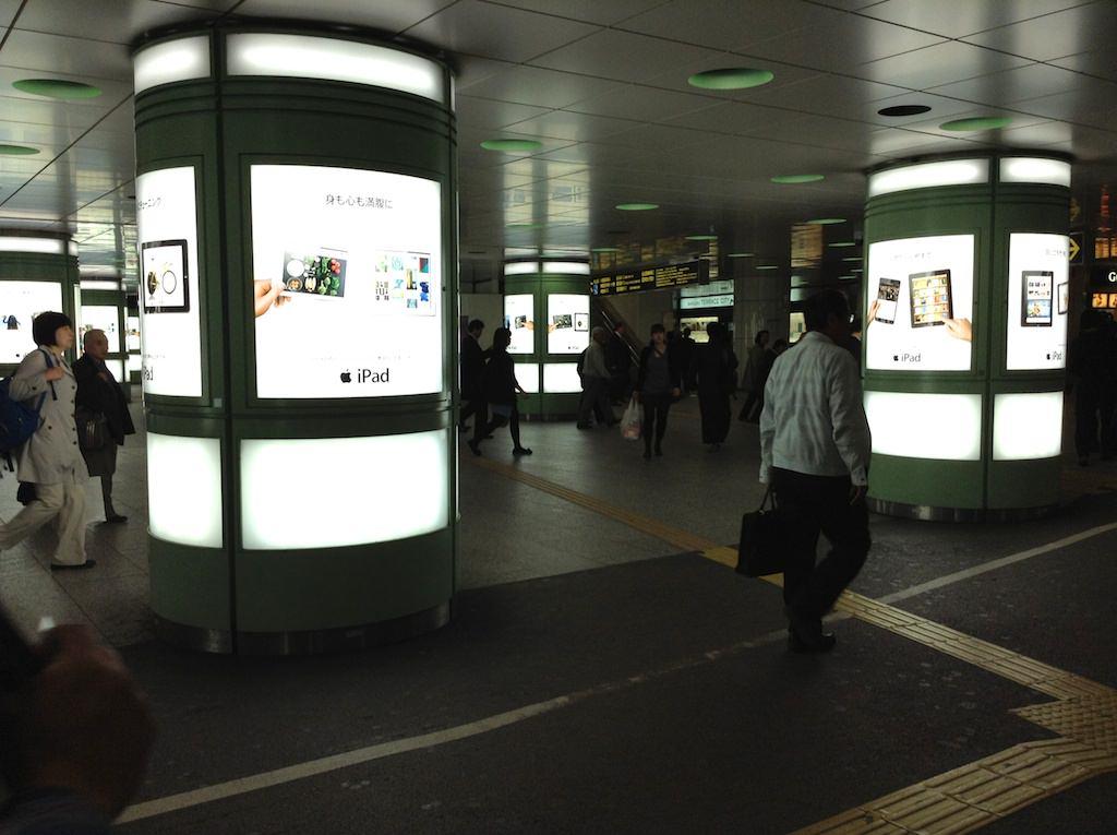 iPadの広告が新宿駅西口に大量にありました