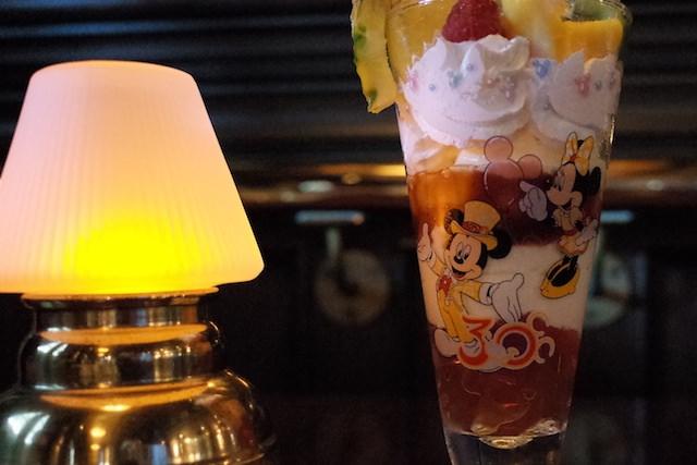 テディ・ルーズヴェルト・ラウンジの季節のパフェ、コレクタブルグラス付きが可愛いくて目も舌も満足!