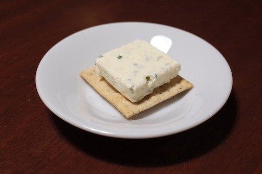 ブルサンのフレーバーチーズ「エシャロット&チャイ」とブラックペッパークラッカーの組み合わせは最高!