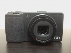 ネックストラップを用いてカメラを持ち運ぶのにベストのポジションは?