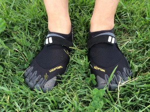 ビブラムファイブフィンガーズを履いて公園を歩け、歩け。