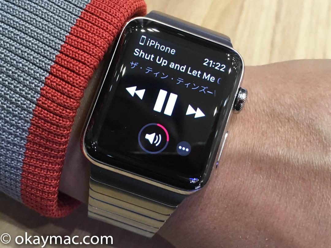 fe2d150036 Apple Watch はいつもは暗い状態です。手首を自分の方に向けると、パッと時計の盤面を表示してくれます。センサーの性能が良いといつも感心させられます。